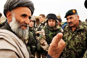 Överste Rickard Johansson och general Farouk lyssnar på en byäldste som har synpunkter på en planerad bro över floden Balkh.