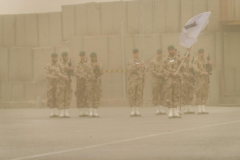 Fanvakten från FS 25 genomförde hela ceremonin utan problem trots sandstormem. Foto: Magnus Lindstedt/FS 26/Försvarsmakten
