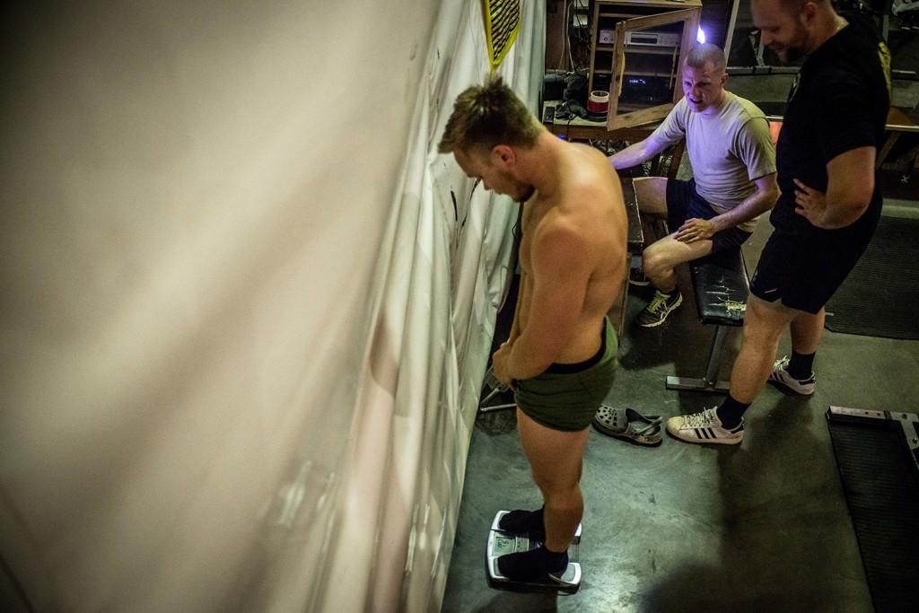 Filip ställer sig på vågen inför tävlingen. Foto: Magnus Lindstedt/Försvarsmakten