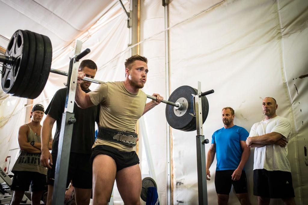 Filip gör sitt bästa för ett bra resultat i knäböj. Foto: Anna Lindh/Försvarsmakten