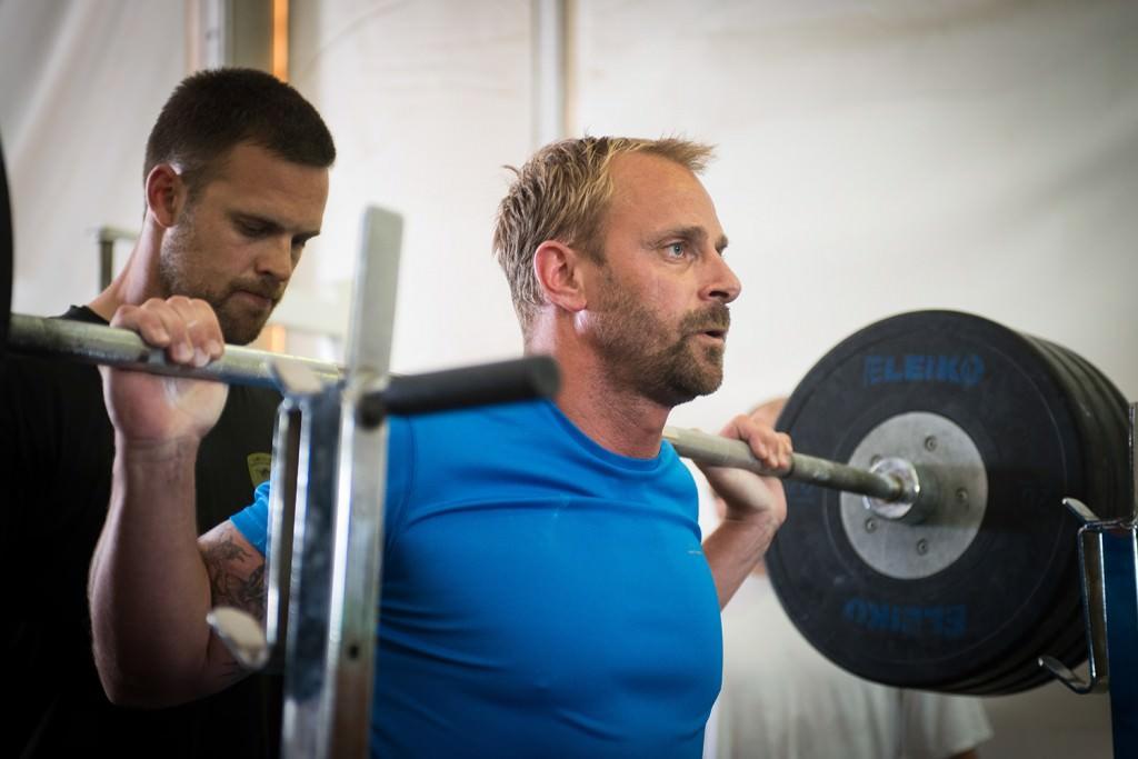 Stefan Widenström i knäböj. Foto: Anna Lindh/Försvarsmakten