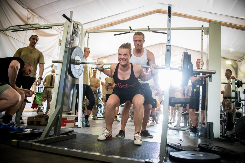 AnnaVera Eriksson kämpar på i knäböj. Foto: Anna Lindh/Försvarsmakten