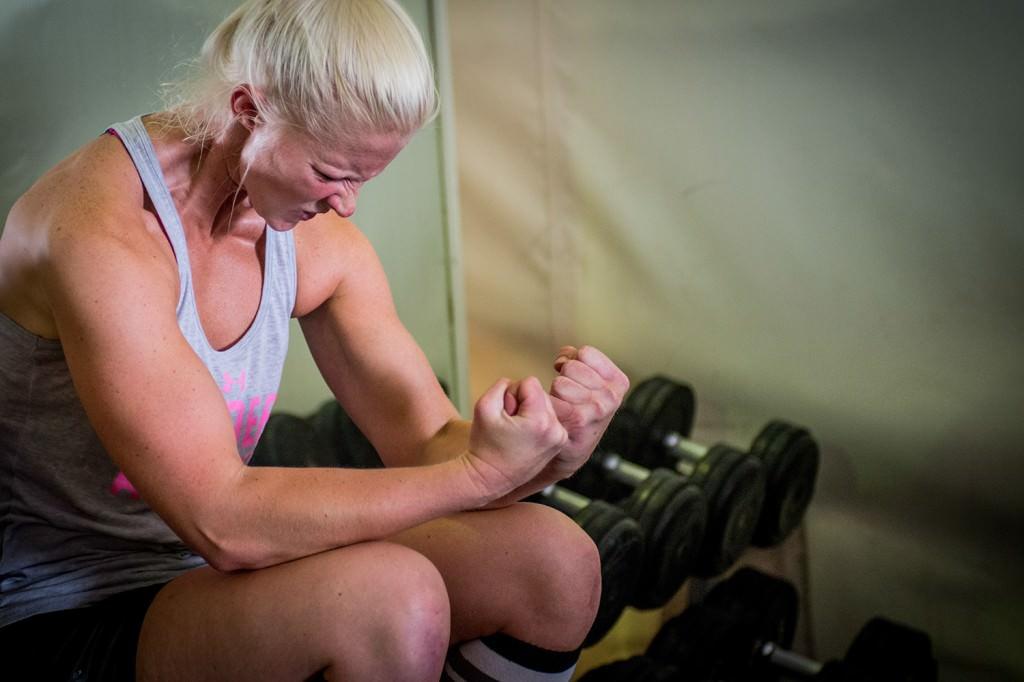 Pauline Lunde peppar sig själv inför nästa lyft. Foto: Anna Lindh/Försvarsmakten