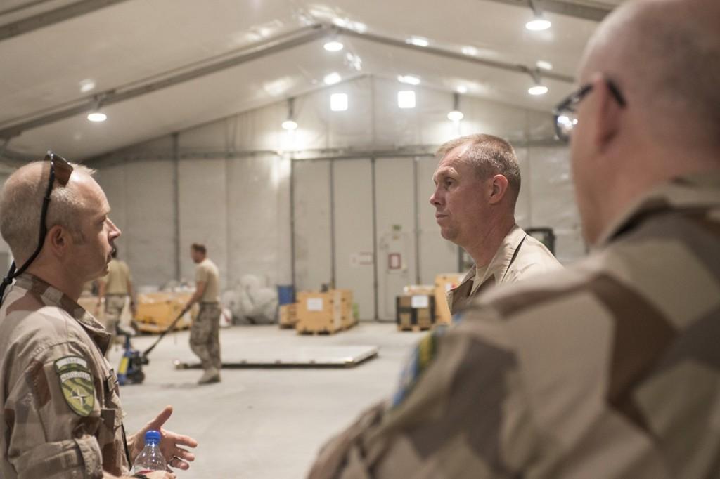 Major Mattias Andersson, chef omstruktureringsstyrkan, visade runt armétaktisk chef på Birka för att ge en aktuell bild av det avvecklingsarbete som pågår. Foto: Carl Mårtensson/Försvarsmakten