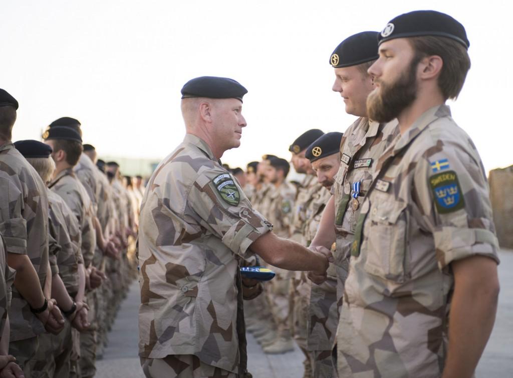 COS agerar i chefens ställe och anda när han medaljerar delar av förbandet FS 27 för de första 30 dagarna i Natotjänst i Afghanistan, juli 2014. Foto: Carl Mårtensson/Försvarsmakten