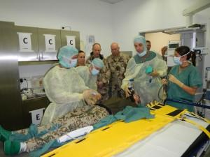 Deltatarna följer intresserat med vad som händer när en skadad soldat kommer in. Denna gången var det övning. Foto: Jörn Holmgren/Försvarsmakten