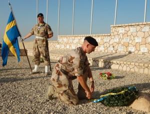 Kontingentschefen överste Mats Ludvig lägger ner en krans vid minnesstunden för Kenneth Wallin. Foto:J Jörn Holmgren/Försvarsmakten