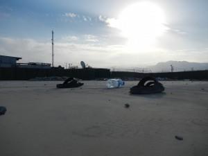 Många fötter har trampat runt i byggnaderna på Camp Birka. Nu står bara sandalerna kvar. Foto Jörn Holmgren/Försvarsmakten