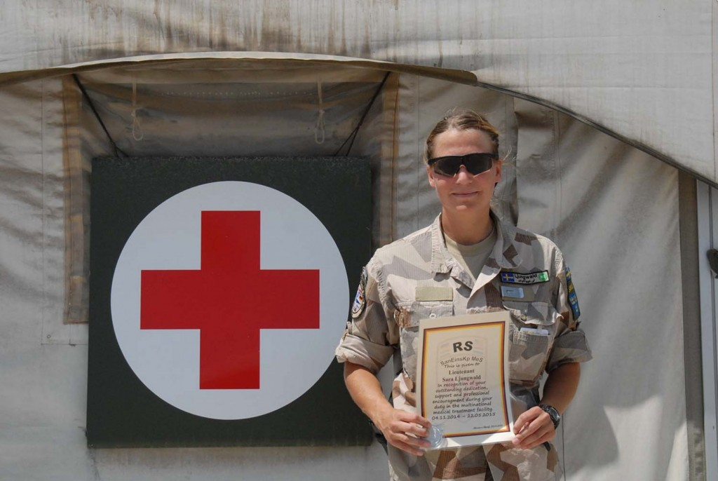 Sara Ljungwald med diplom och coin. Foto: Försvarsmakten