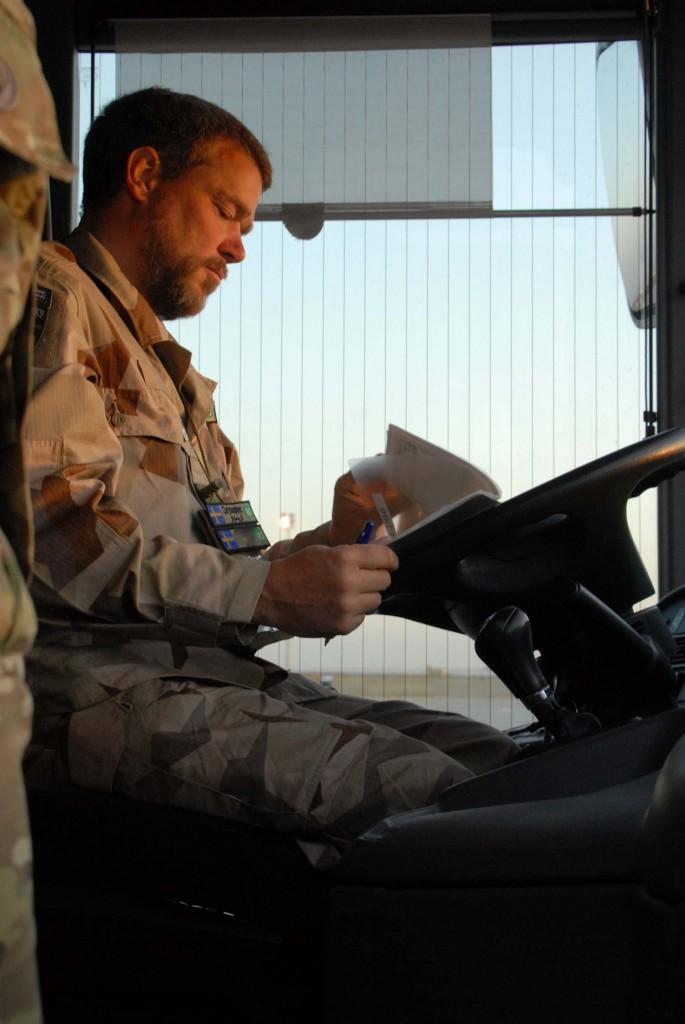 Christoffer med förberedelser inför morgonens transport till och från flygplatsen. Foto: Försvarsmakten