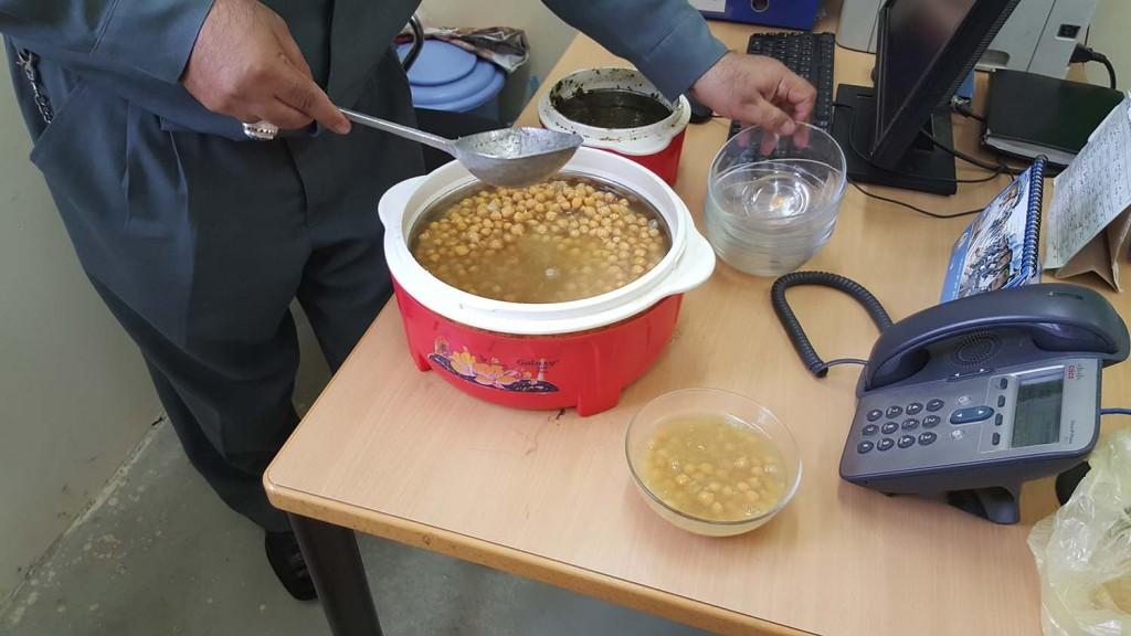 Shor nakhod-soppa gjord på kikärtor och kryddblandning. Foto: Försvarsmakten