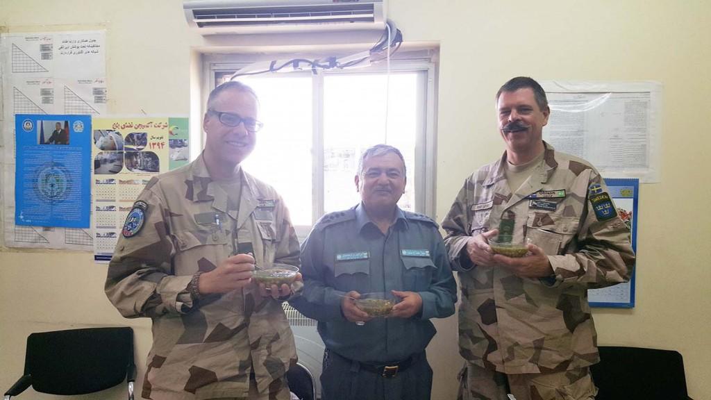 Torbjörn och Jan avnjuter en klassisk afghansk maträtt tillsammans med chefen G2 på OCC-R. Foto: Försvarsmakten