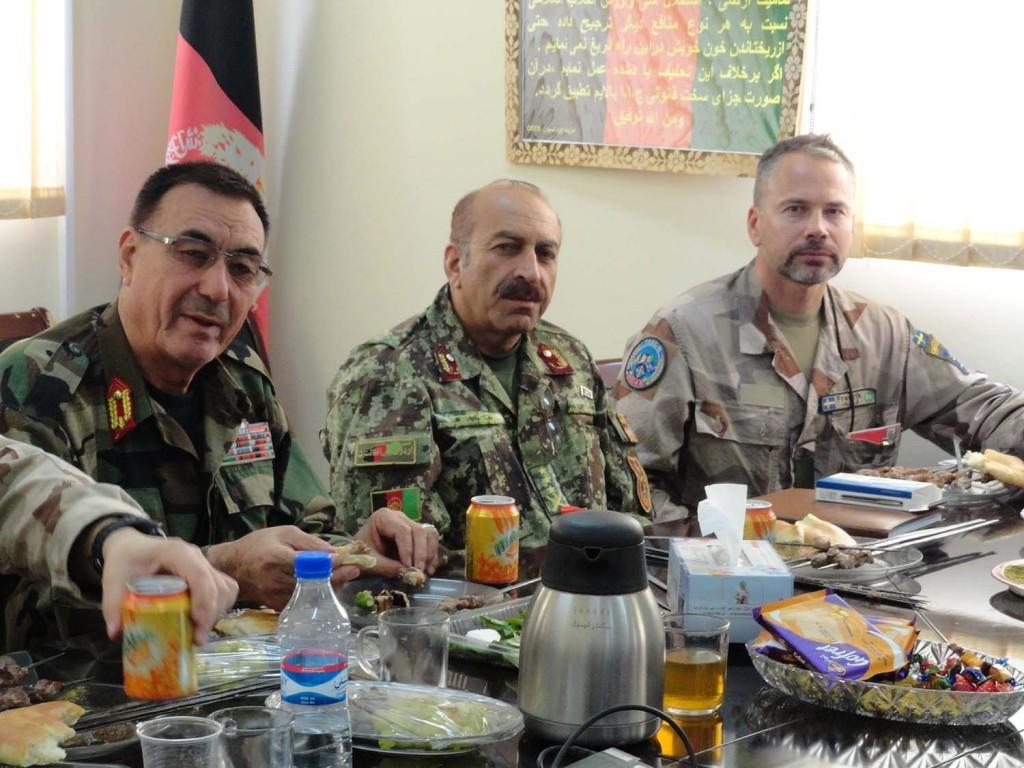 Fredrik tillsammans med två av cheferna på OCC-R. Foto; Försvarsmakten