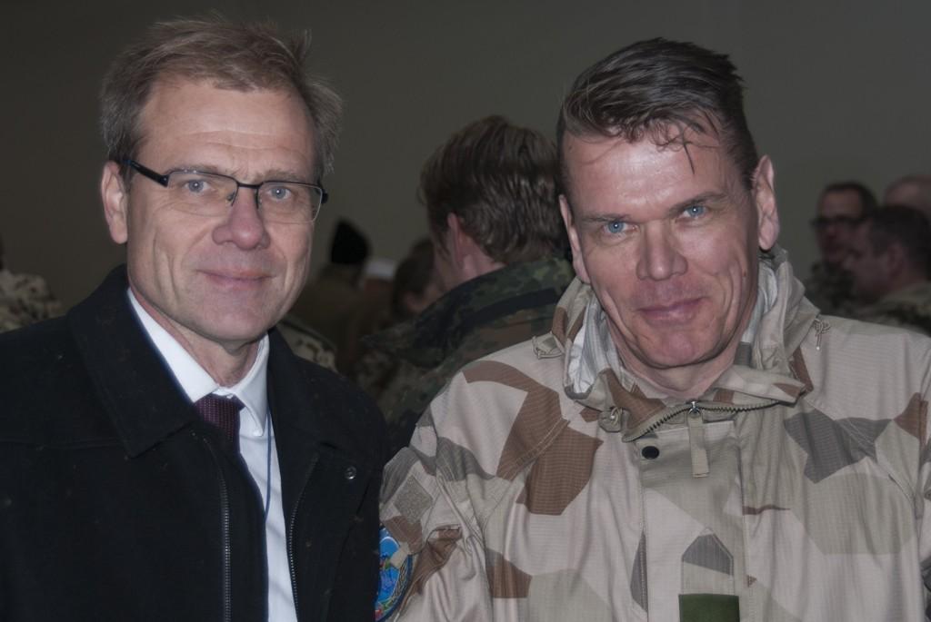Den svenske ambassadören Anders Sjöberg tillsammans med Chefen för FS30 överste Jarmo Koski. Foto: Försvarsmakten/Carin Bergensten