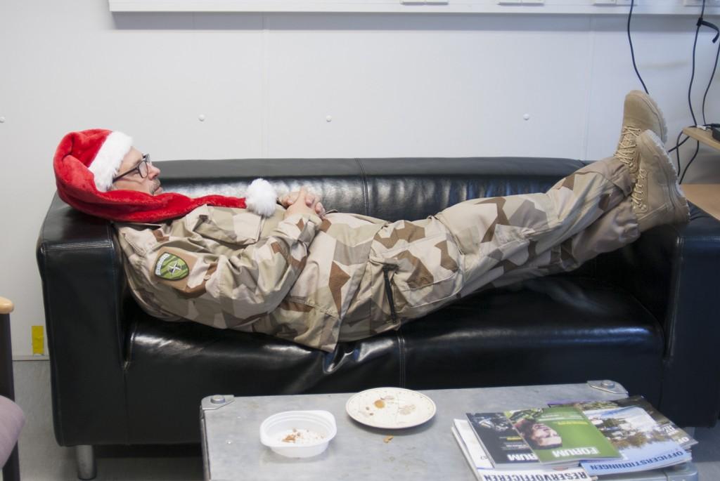 Efter att ha tömt faten på de sista smulorna tog sig tomten en välförtjänst tupplur. Foto: Försvarsmakten/Carin Bergensten