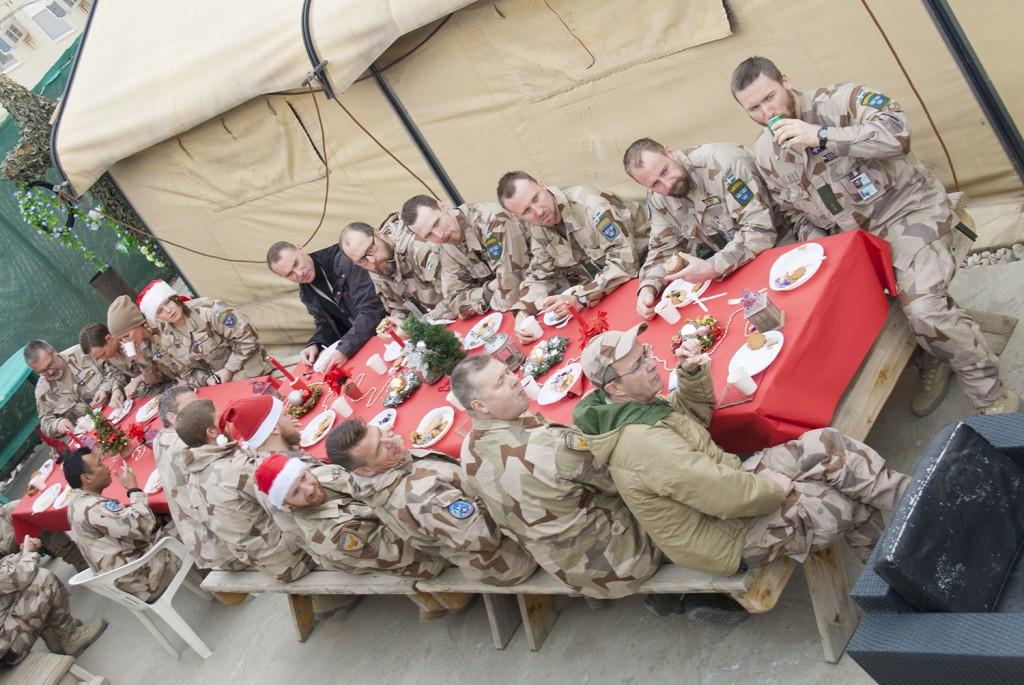 Långbord, julpynt och god stämning. Foto: Försvarsmakten/Carin Bergensten