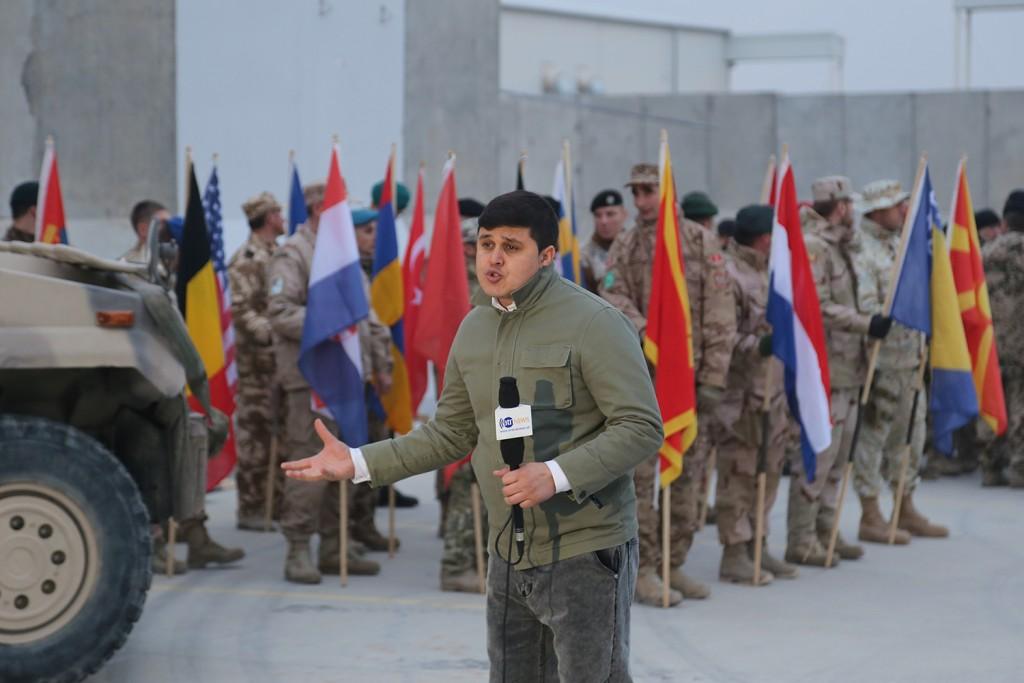 En afghansk reporter framför fanförare från de 22 deltagande nationerna. Foto: Försvarsmakten