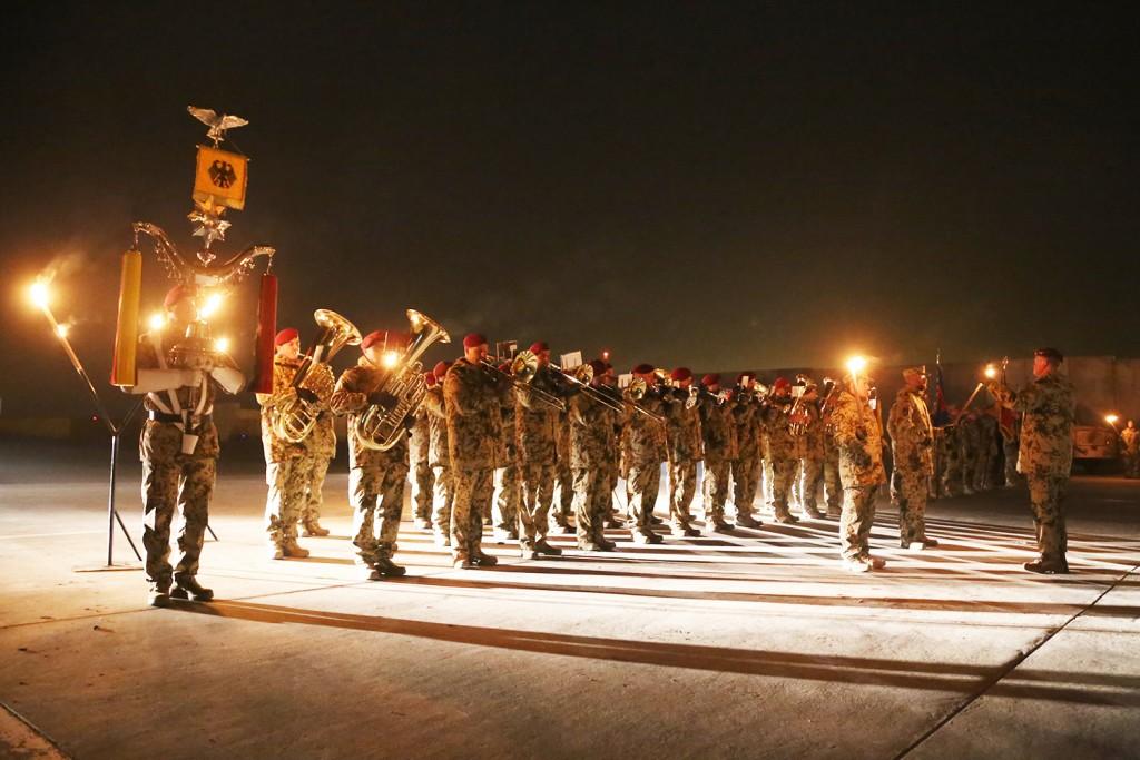 Det var en stämningsfull ceremoni med marschmusik i facklornas sken. Foto: Försvarsmakten