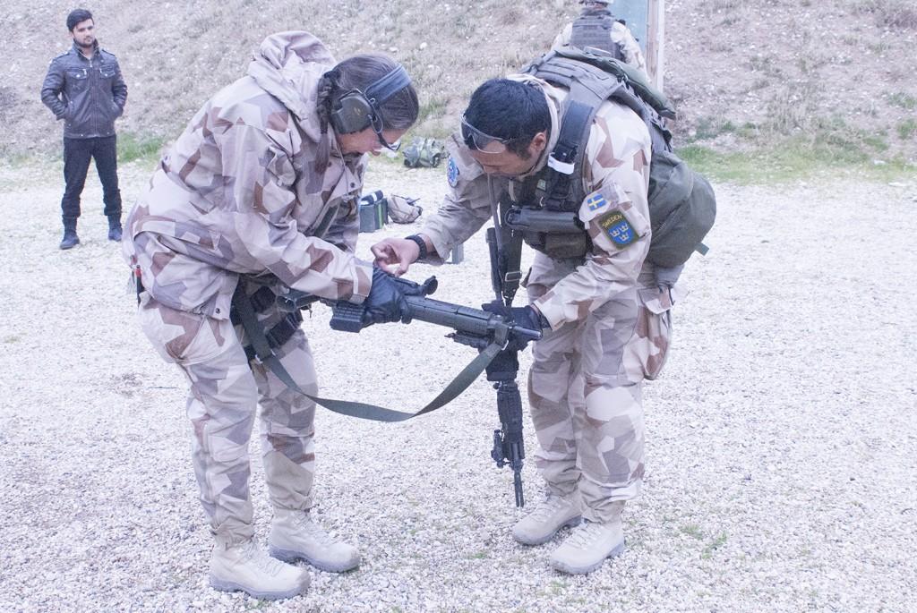 Om man missar kan man alltid skylla på att vapen är felaktigt inställt... Foto: Försvarsmakten