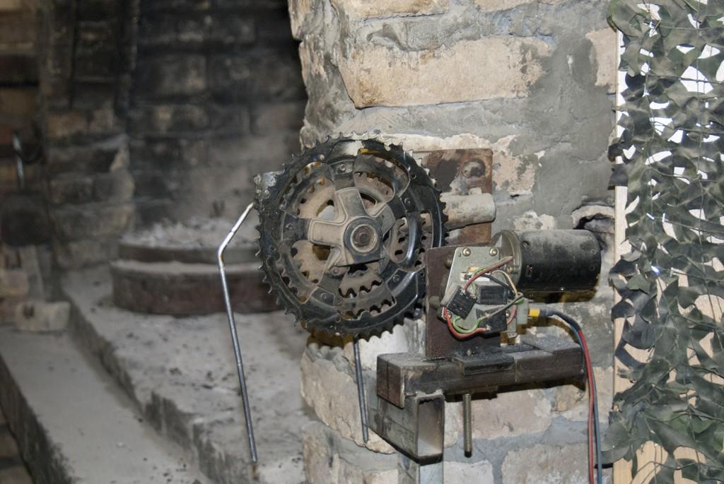 Kreativa kroater har med delar från en cykel skapat ett roterande grillspett. Foto: Försvarsmakten/Carin Bergensten