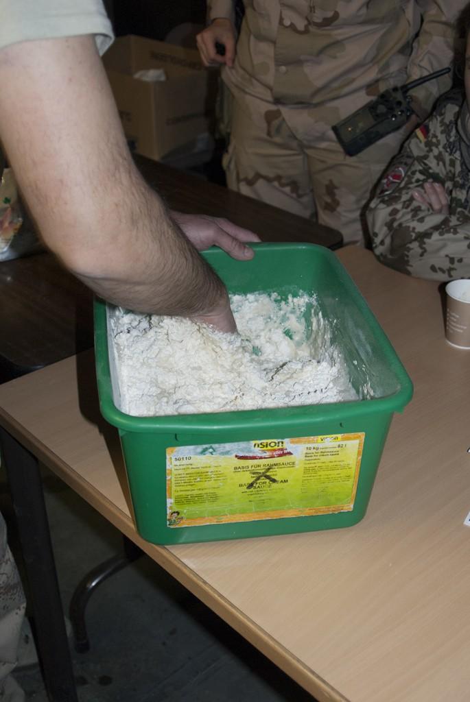 """""""Man tager vad man haver"""". En plastback får tjänstgöra som tillredningskäl. Foto: Försvarsmakten/Carin Bergensten"""