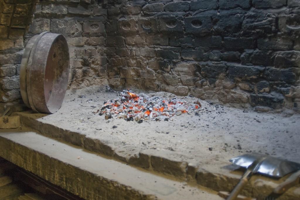 Under tiden degen jäster så eldas det ordentligt tills en rejäl kolbädd återstår. Foto: Försvarsmakten/Carin Bergensten