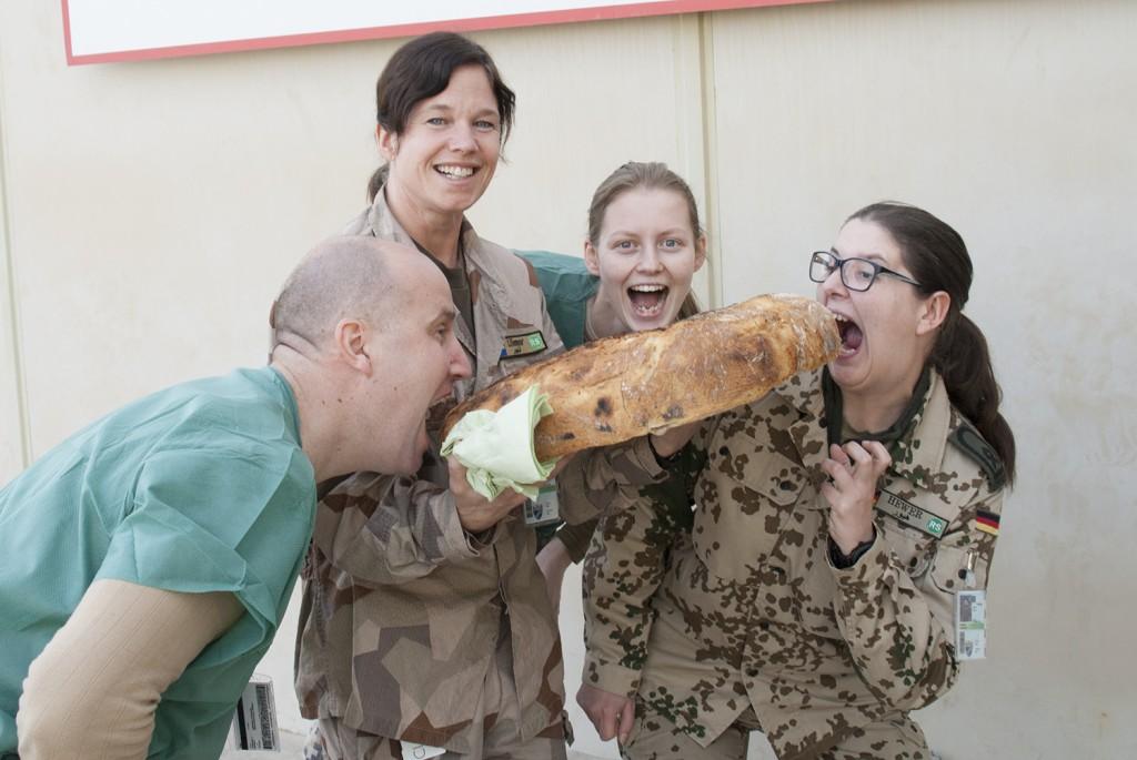 5 kg vetemjöl ger rejält bröd som alla var sugna på :-) Foto: Försvarsmakten/Carin Bergensten