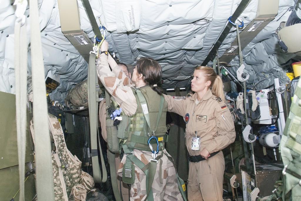 Eftersom den bakre luckan alltid är öppen måste personalen ständigt vara fastspänd. Foto: Försvarsmakten/Carin Bergensten