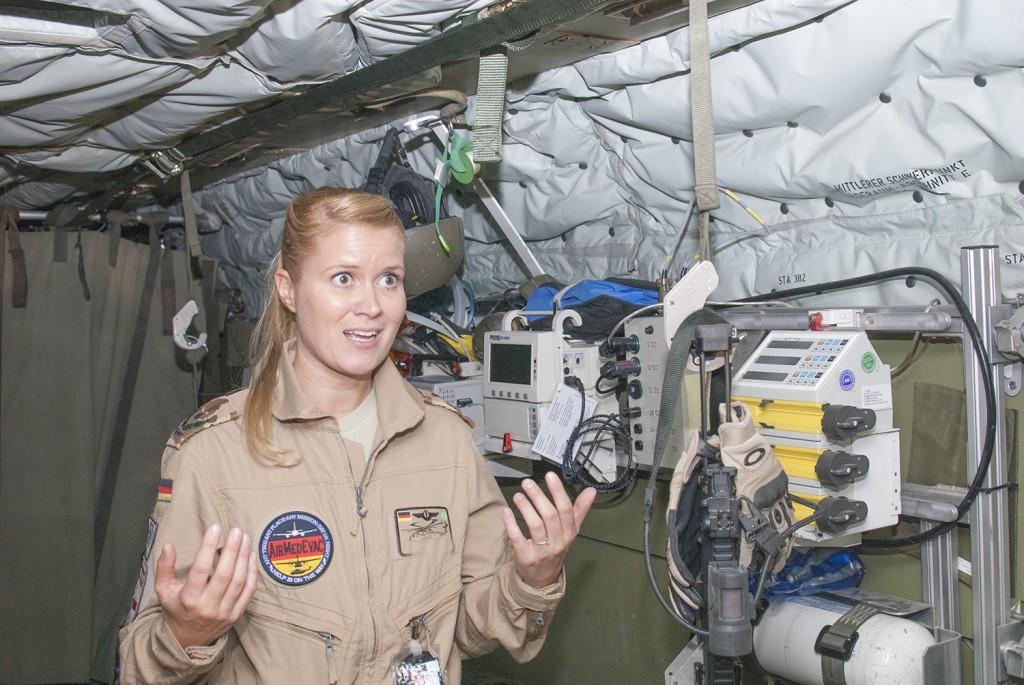 """""""Ängladoktorn"""" som vi kallar henne berättar stolt om den avancerade medicinska utrustningen som finns i helikoptern. Foto: Försvarsmakten/Carin Bergensten"""