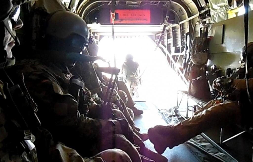 Morgonen bjöd på en timmes flygning med den tyska CH-53. Skytten sitter fastspänd längst bak i det öppna stjärtpartiet. Foto: Förvarsmakten Foto: Försvarsmakten
