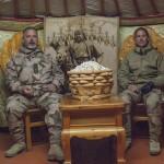 Jag och Thomas har tagit plats i yurtan. Godiset som var gjort av sur mjölk föll inte mig i smaken. Foto: Försvarsmakten/Carin Bergensten