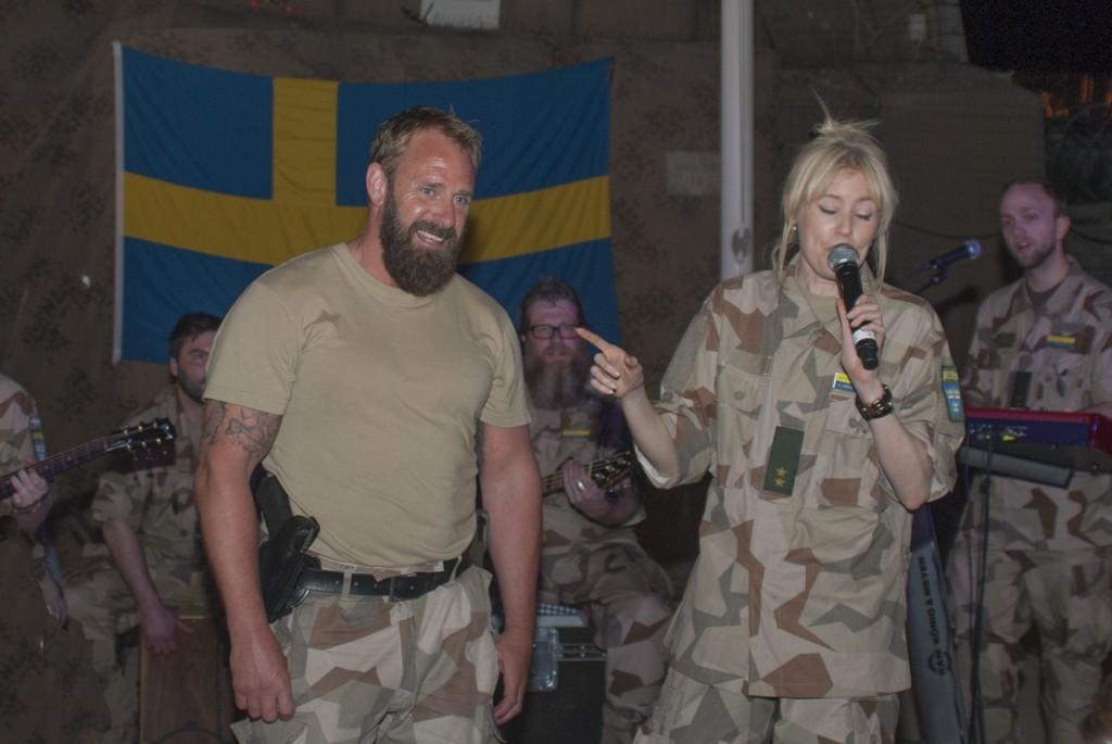 Dagens fördelsedagsbarn ville inte vara med på scen... Foto:Försvarsmakten/Carin Bergensten
