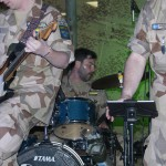 Lars spelar så att svetten lackar.Foto: Försvarsmakten/Carin Bergensten