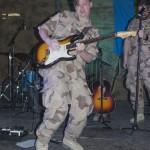 Nicklas rockar loss i ett imponerande solo. Foto: Försvarsmakten/Carin Bergensten