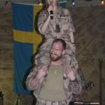 Linda fick sitta på Camp Marmals starkaste man. Åtminstone var han den som vågade kliva fram. Foto: Försvarsmakten/Carin Bergensten