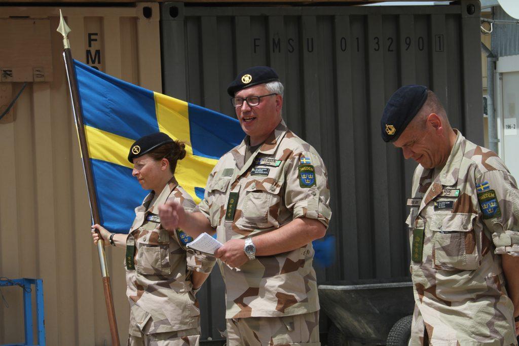 Fanförare Carin, chef FS 31 och chef FS 30.  Foto: Försvarsmakten