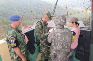 Inspektionen vid en GOP. Här ställs kontrollfrågor till en av soldaterna på posteringen. (foto UNCMAC)