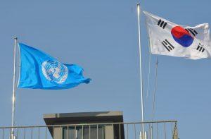 En vanlig syn vid de sydkoreanska positionerna i DMZ, FN-flaggan och den sydkoreanska flaggan hissade sida vid sida. (foto UNCMAC)