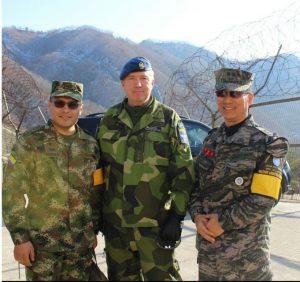 Operationsofficeren Lars Eklind, flankerad av UNCMAC-officerare från Colombia och Sydkorea (foto UNCMAC)