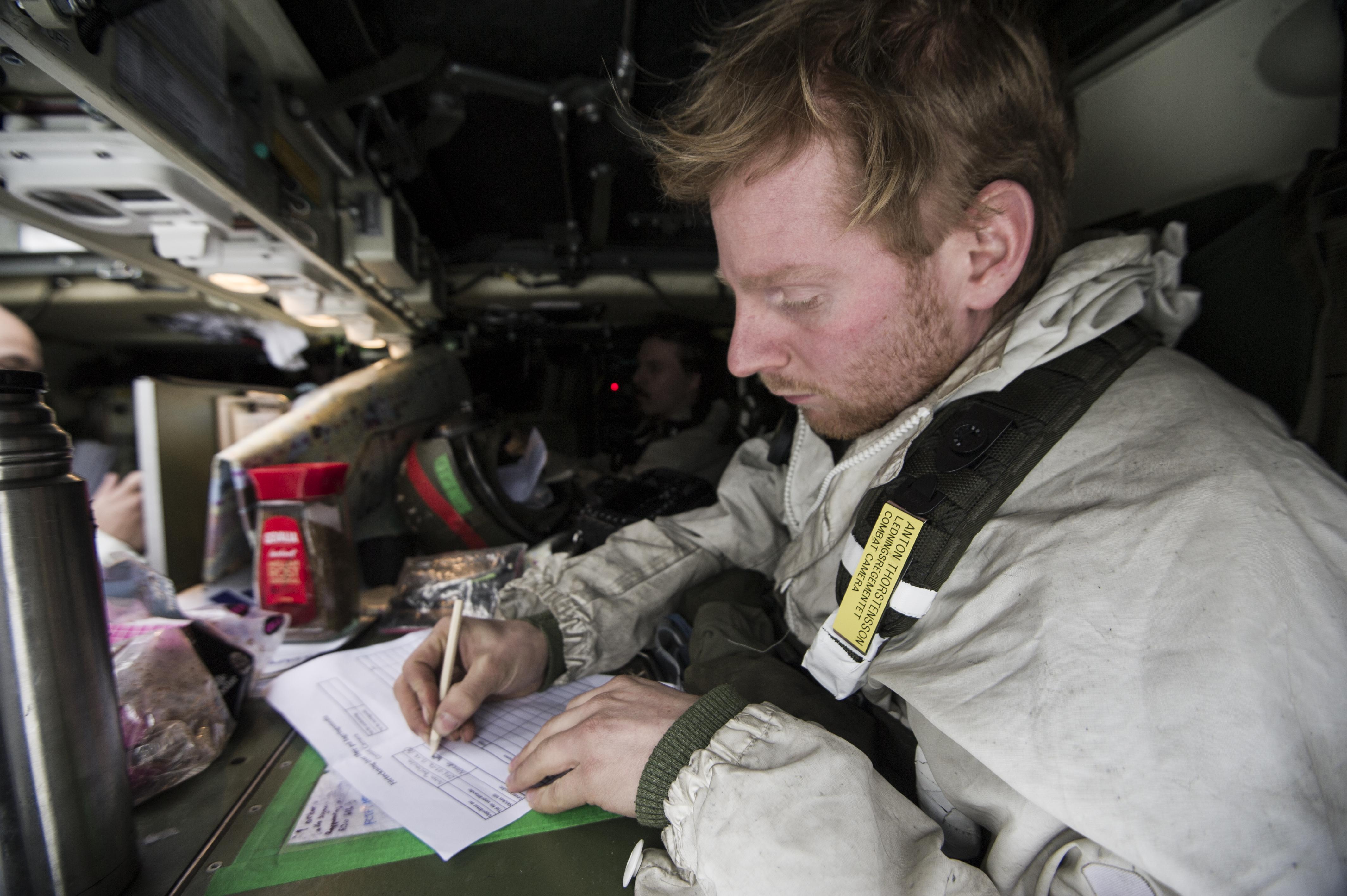 Under övningen Cold Response i Norge sitter specialist Thorstensson i bakvagn i stridsfordon 90 och skriver en bildlogg. Kriget ställer hårda krav och den enda metoden som finns tillgänglig är att skicka bilderna med ordonnans bakåt till högre chef.  I övningens startskede har 191.pansarbataljonen från I19 i BODEN fått uppgiften att försvara tagen terräng mot en mekaniserad fiende. Truppen har tagit stridsställning i både betäckt terräng och bebyggelse. Övning Cold Response omfattar cirka 15000 deltagare från 15 nationer varav ca 2000 man är svenskar. Övningen har ett fiktivt scenario baserat på en internationell krissituation och genomförs som en tillämpad dubbelsidig övning.