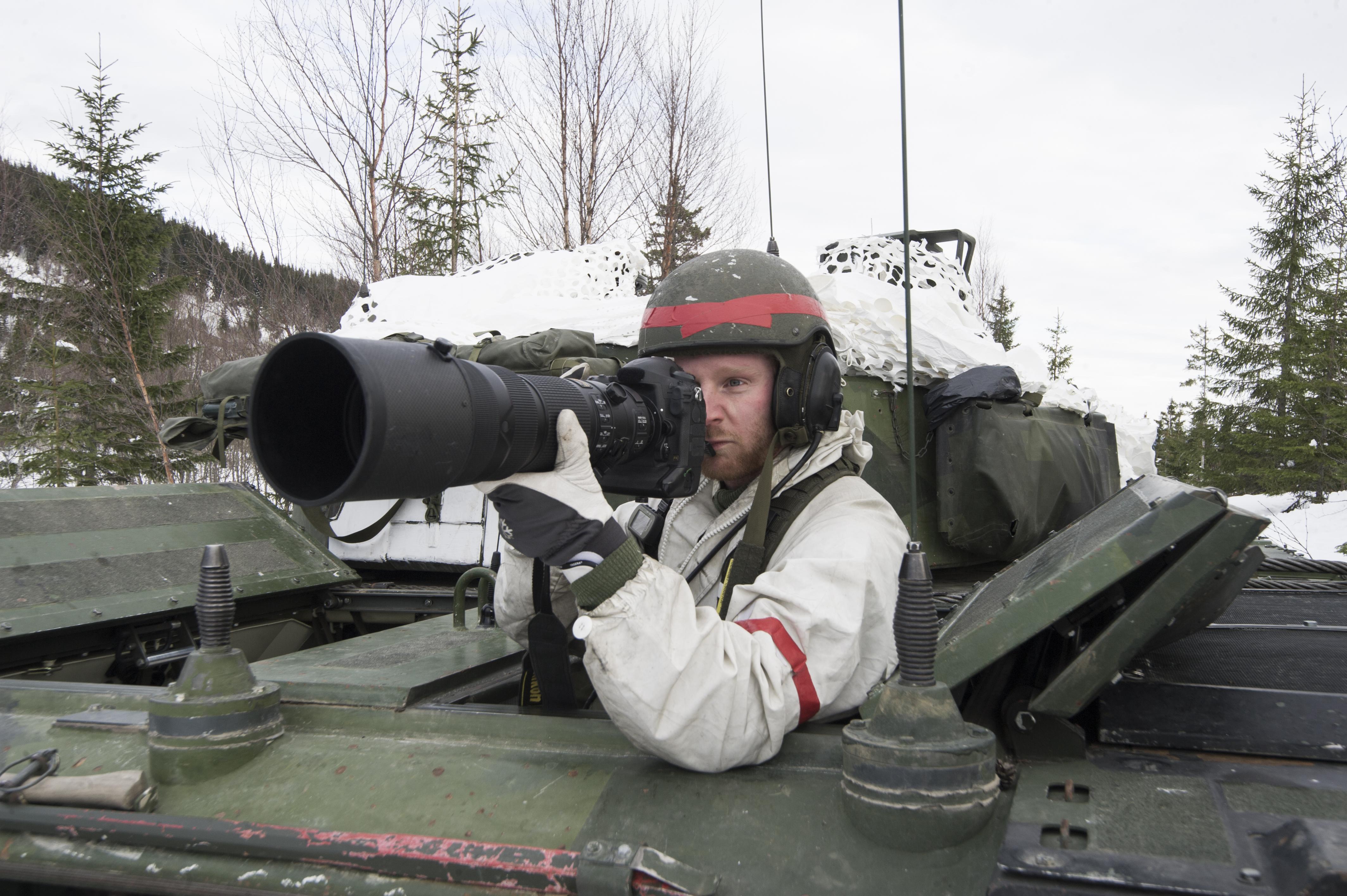 En Combat Camera-specialist dokumenterar pansarbataljonens verksamhet. I övningens startskede har 191.pansarbataljonen från I19 i BODEN fått uppgiften att försvara tagen terräng mot en mekaniserad fiende. Truppen har tagit stridsställning i både betäckt terräng och bebyggelse. Övning Cold Response omfattar cirka 15000 deltagare från 15 nationer varav ca 2000 man är svenskar. Övningen har ett fiktivt scenario baserat på en internationell krissituation och genomförs som en tillämpad dubbelsidig övning.
