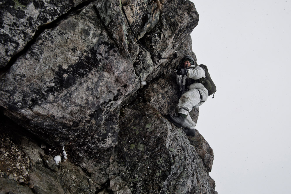 Blivande jägarsoldater och förstärkningssoldater från AJB under klätterutbildning i vintermiljö, en del i grundutbildning fjällmiljö.