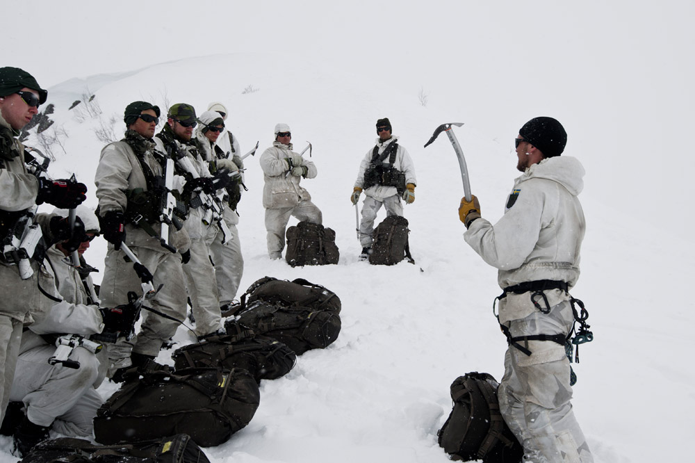 Blivande jägarsoldater och förstärkningssoldater från AJB genomgår grunder framryckning över glaciär och i brant snömiljö.