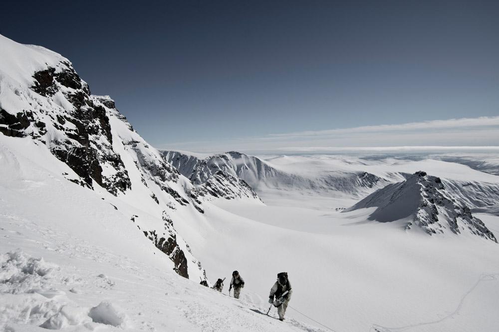 Blivande jägarsoldater och förstärkningssoldater från AJB toppbestiger Kebnekaise. Turen gick över storglaciären, via Hallspasset och Nordtoppen för att sist kamvandra till Sydtoppen, Sveriges högsta punkt.