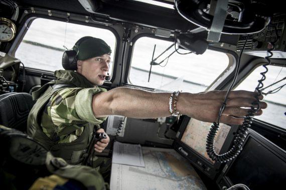 Stridsbåtschefen dirigerar sin förare.