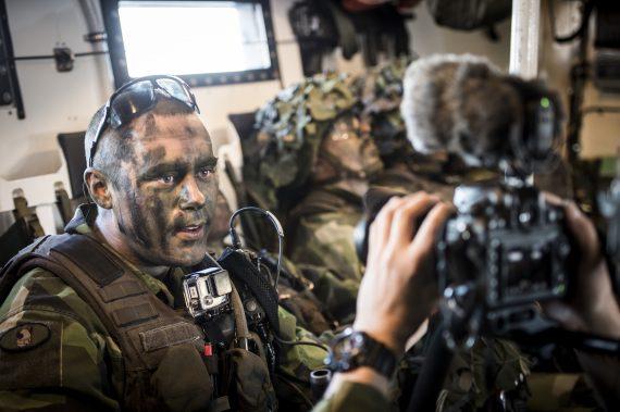 Skyttegruppchefen intervjuas av oss efter ett övningsmoment.