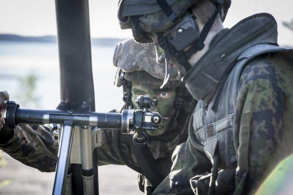 Finsk granatkastargrupp riktar in sig.