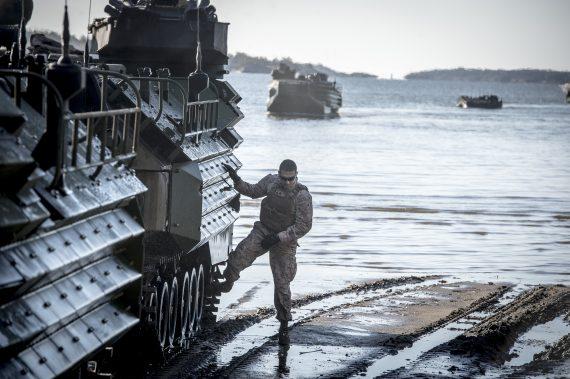 USMC landstiger med sina APC´s.