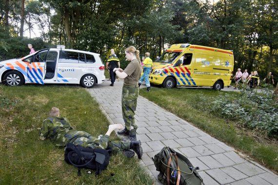 Blåsor och skav är vardagen nere i Nijmegen. Här tejpar specialist Amtén Skage om ett par trasiga fötter.