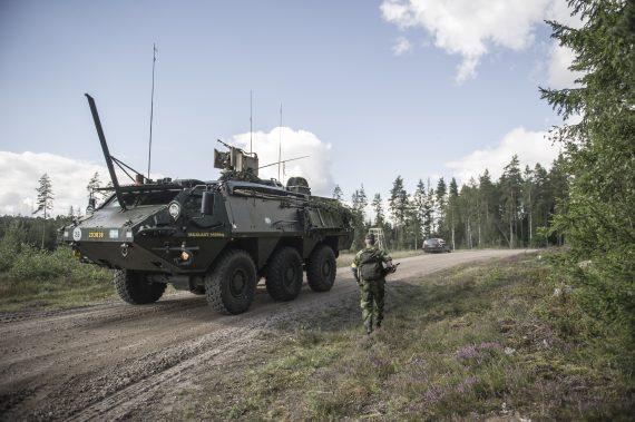 En Patria rullar snabbt förbi ute på övningsområdet i närheten av Skillingaryd.